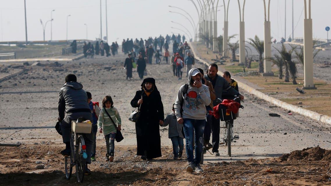 مدنيون عزل يهربون من المعارك مع داعش شرق الموصل - أسوشييتد برس