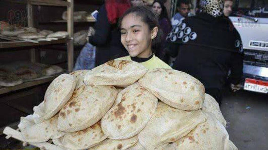 طفلة سعيدة بحصولها على الخبز