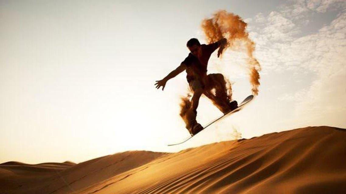 """بالصور.. التزلج على """"الرمال"""" في حائل"""
