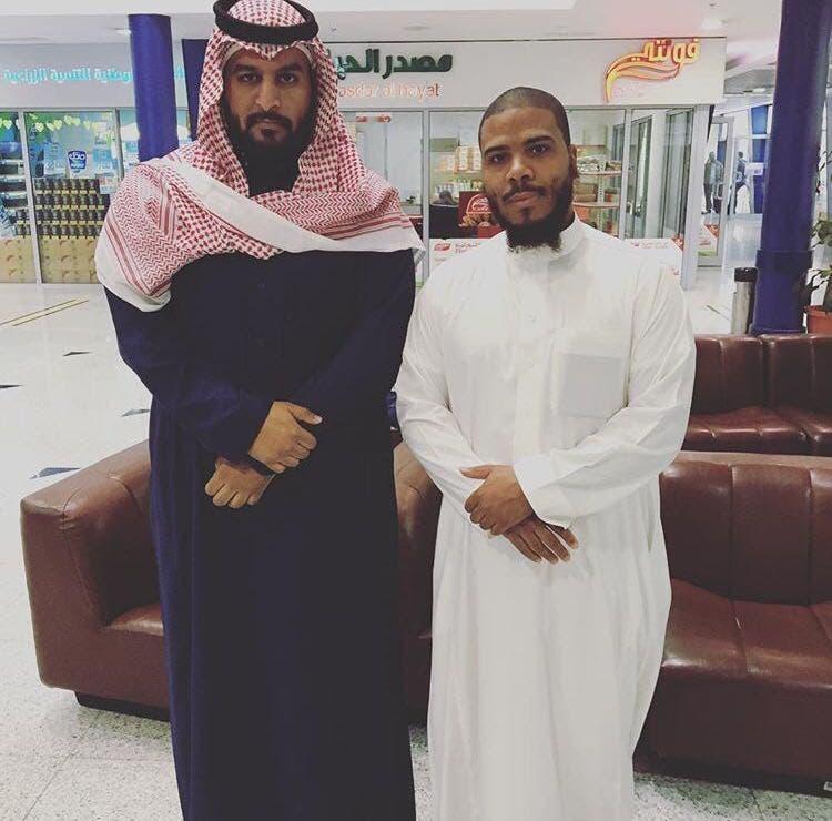 مطاع مع شريكه في شركة التسويق