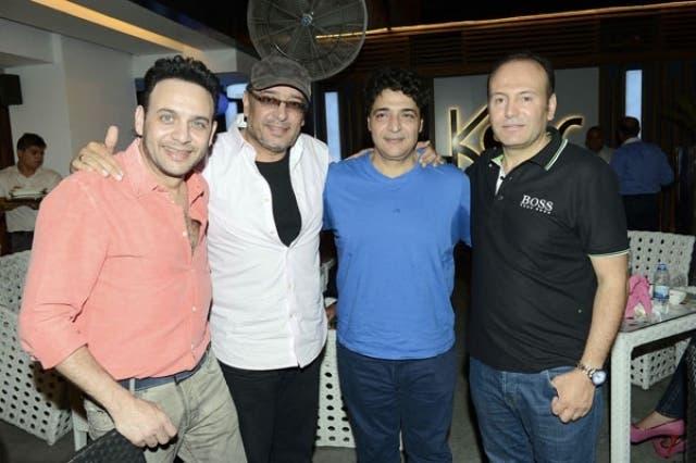 صاحب المطعم على اليمين مع الفنانين حميد الشاعري ومصطفى قمر وعلاء عبد الخالق