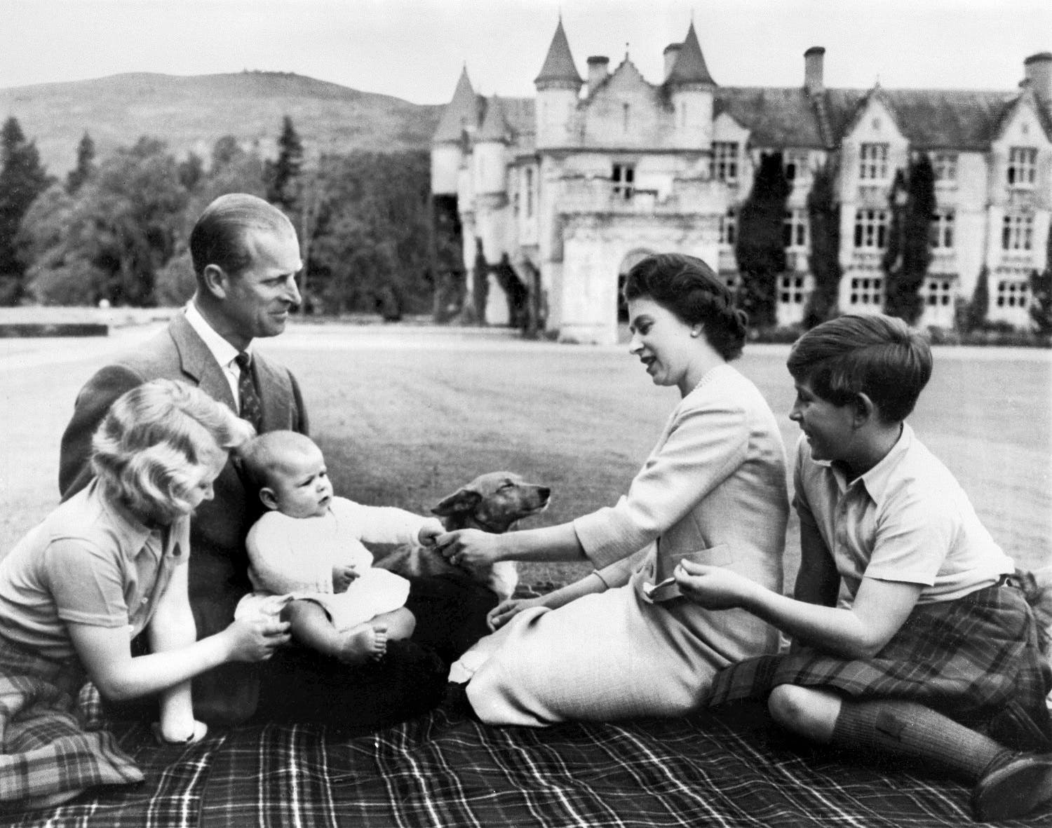 The Queen Elizabeth II, the Prince Philip and their three children pose, 09 September 1960 in Balmoral (Photo: AFP)