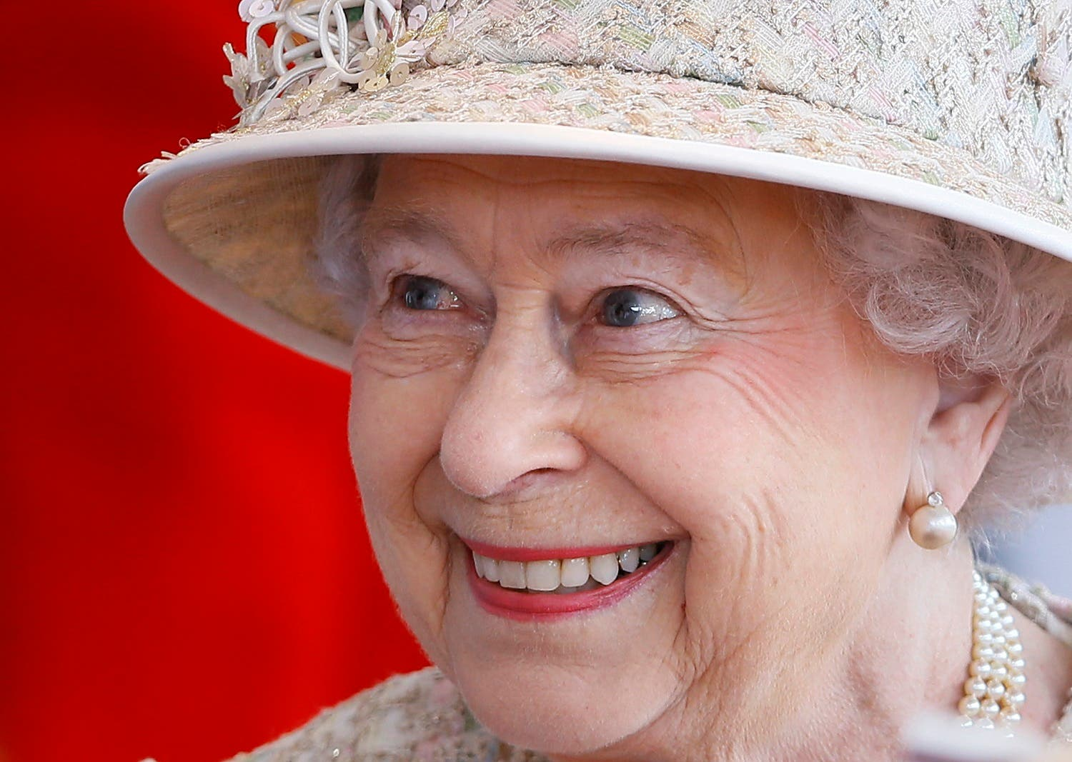 Britain's Queen Elizabeth II smiles as she awaits the arrival of the President of the United Arab Emirates Sheik Khalifa bin Zayed Al Nahyan in Windsor in England, Tuesday, April 30, 2013 (Photo: AP /Kirsty Wigglesworth, pool)