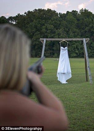 امرأة تقدمت خطوة وتصوب بندقيتها أولا على الفستان قبل إضرام النيران به