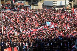 مقتدیٰ الصدر کے ہزاروں حامی بغداد میں مظاہرے میں شریک ہیں۔
