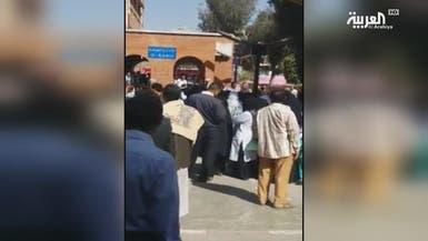 صنعاء.. الانقلابيون يهاجمون أطباء طالبوا برواتبهم