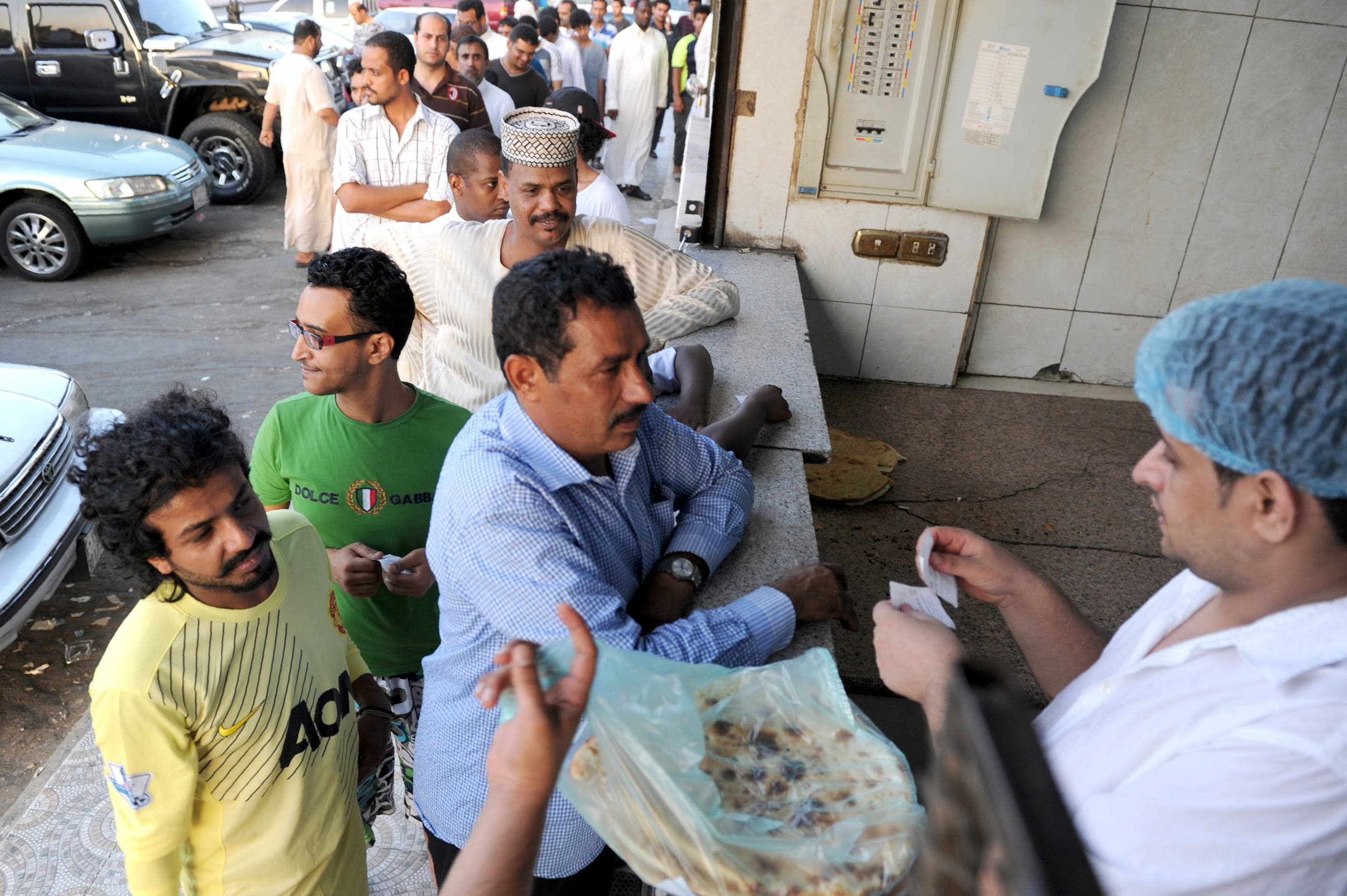 زبائن ينتظرون لشراء الخبز في جدة برمضان الماضي (أرشيفية)