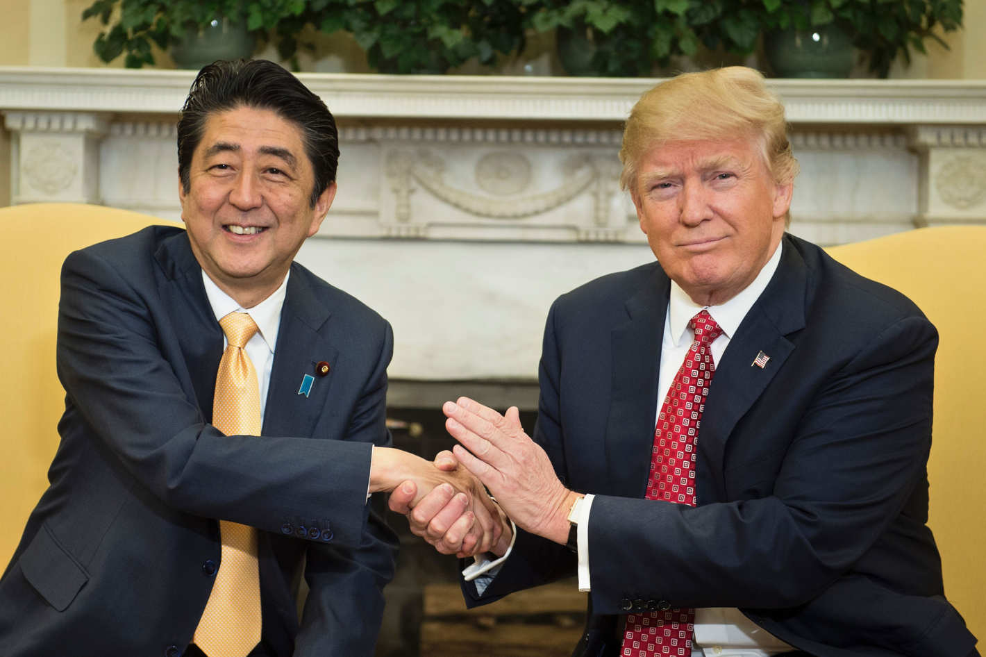 المصافحة الشهيرة بين ترمب ورئيس الوزراء الياباني آبي