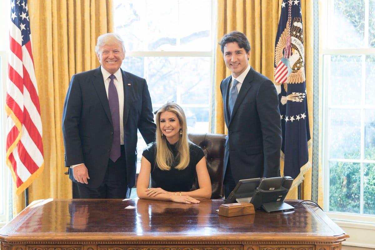 إيفانكا تتربع على المكتب البيضاوي ومن خلفها ترمب ورئيس الوزراء الكندي