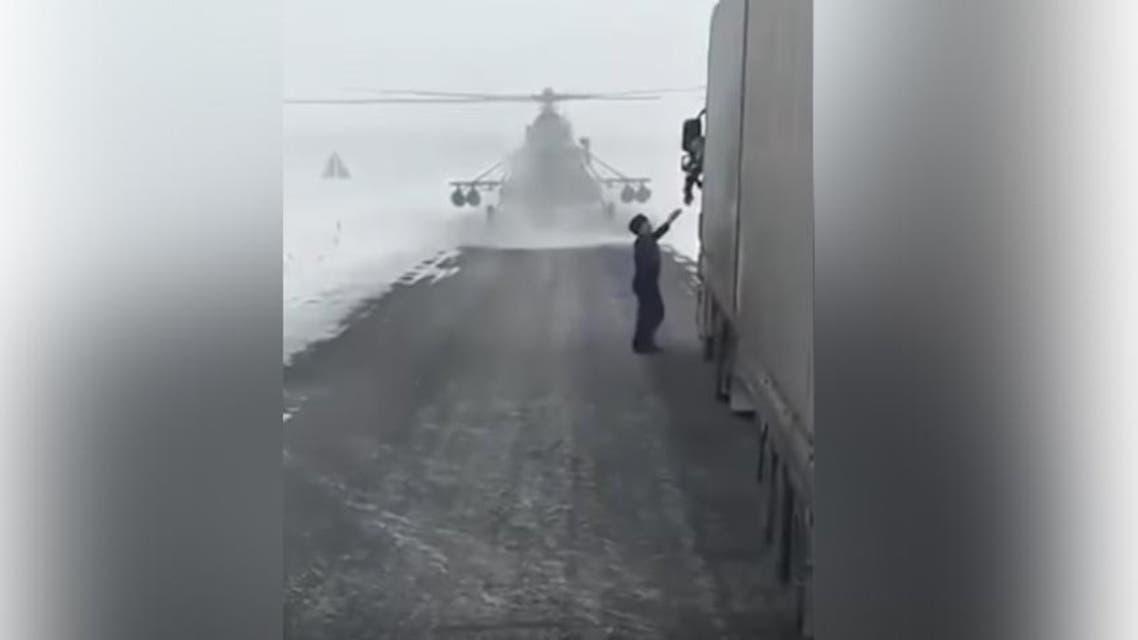 قائد مروحية عسكرية يهبط على الطريق ليسأل عن الاتجاهات