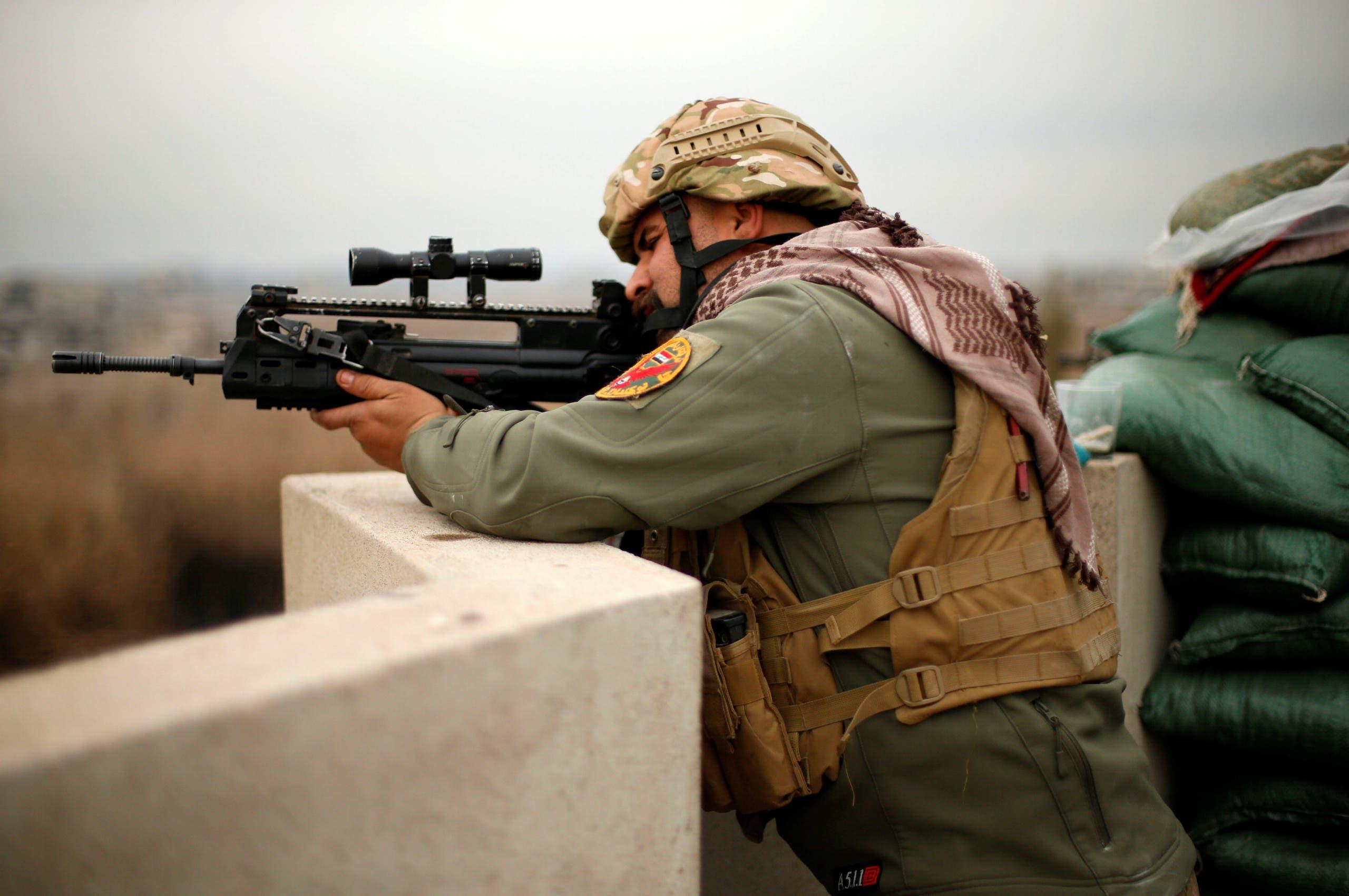 جندي عراقي يطلق النار على عناصر داعش بالموصل