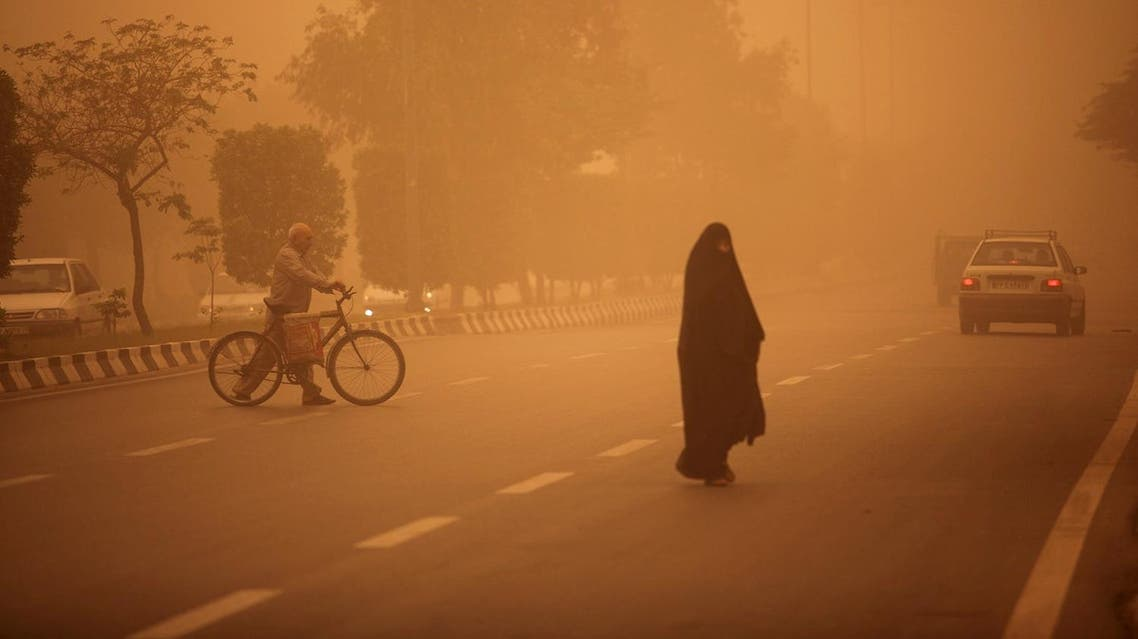 Iranians cross a street as a heavy sand storm hits the city of Ahvaz in the southwestern province of Khuzestan on April 13, 2011. (File photo: AFP)