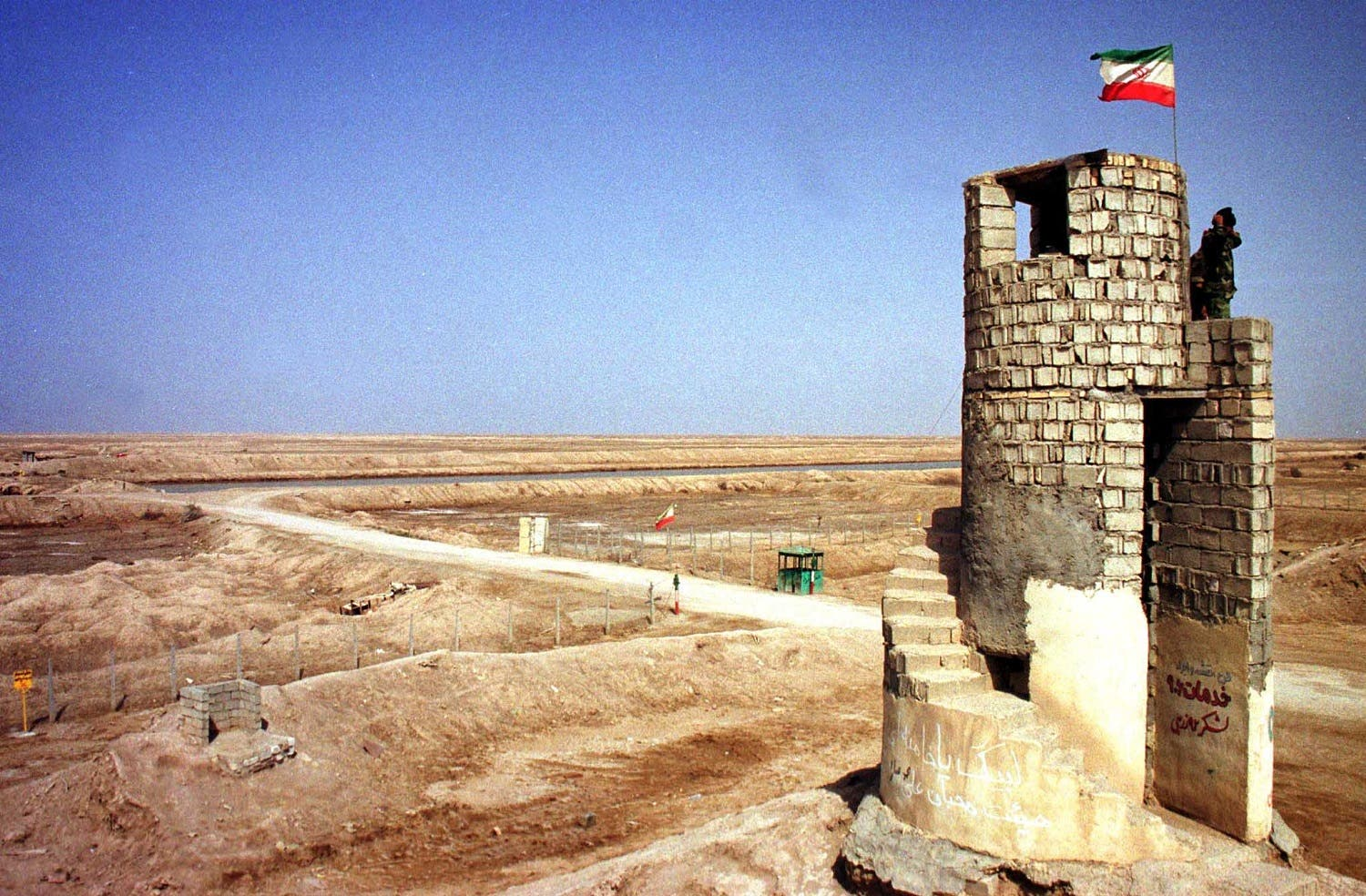 An Iranian soldier looks at Iraqi territory from a watch tower in Shalamcheh, southwestern Khuzestan province, on March 23, 2003. (File photo: Reuters)