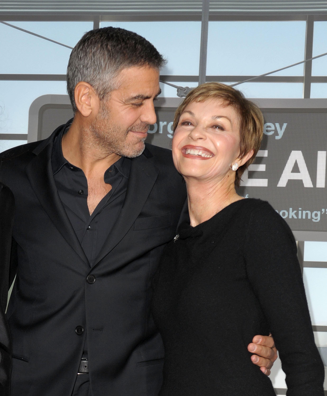جورج كلوني مع والدته خلال مناسبة سينمائية في نوفمبر 2009