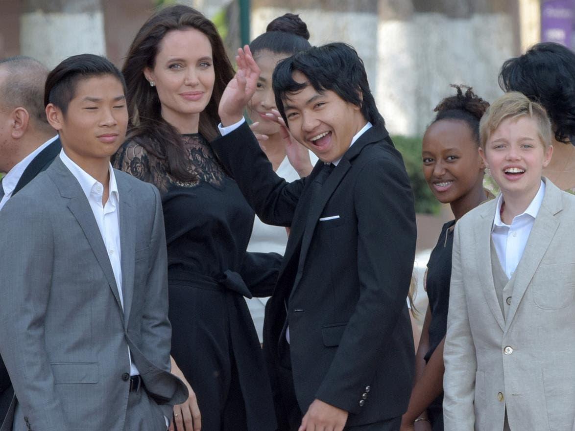 جولي بدت متألقة مع أطفالها الستة في كمبوديا