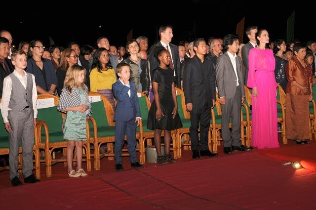 جولي وأطفالها أثناء حضور عرض فيلمها الجديد