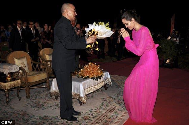 انجلينا جولي تؤدي التحية لملك كمبوديا نورودوم سيهاموني