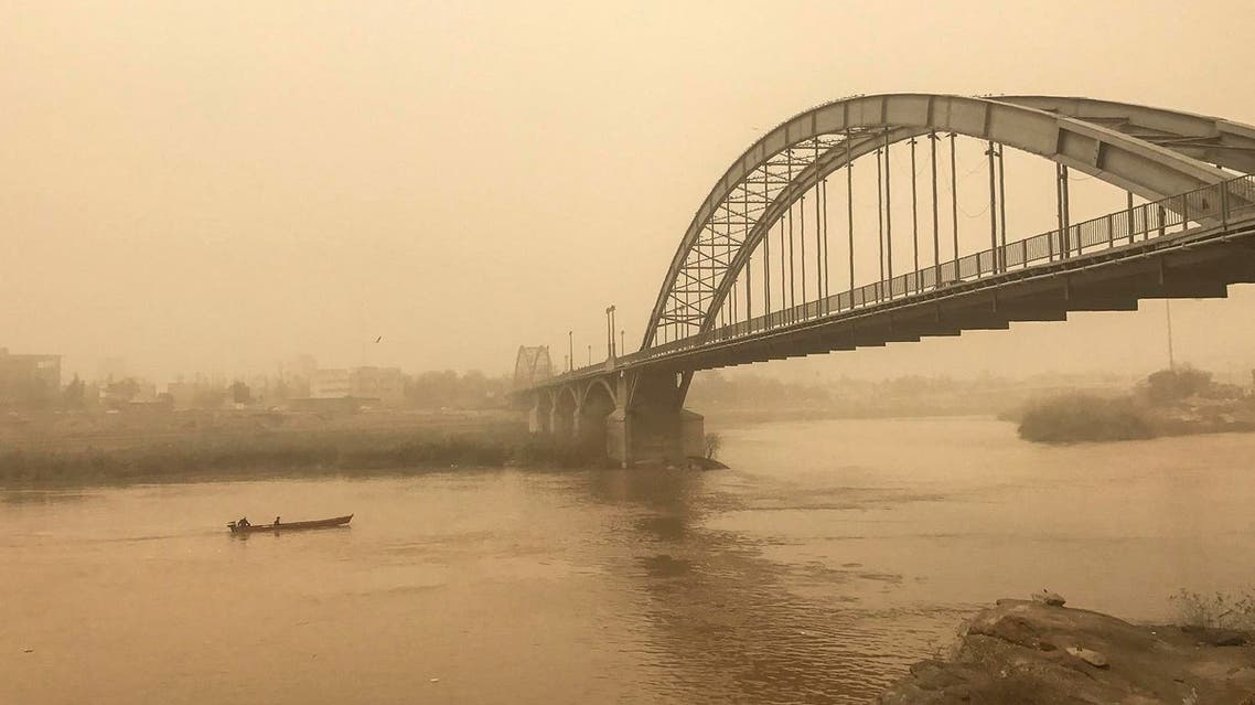 A picture taken on February 18, 2017 shows a general view of a bridge in the Iranian city of Ahvaz during a sandstorm (Photo: Morteza Jaberian/Tasnim News/AFP)