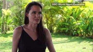 أنجلينا جولي تغالب دموعها وتتحدث عن براد بيت