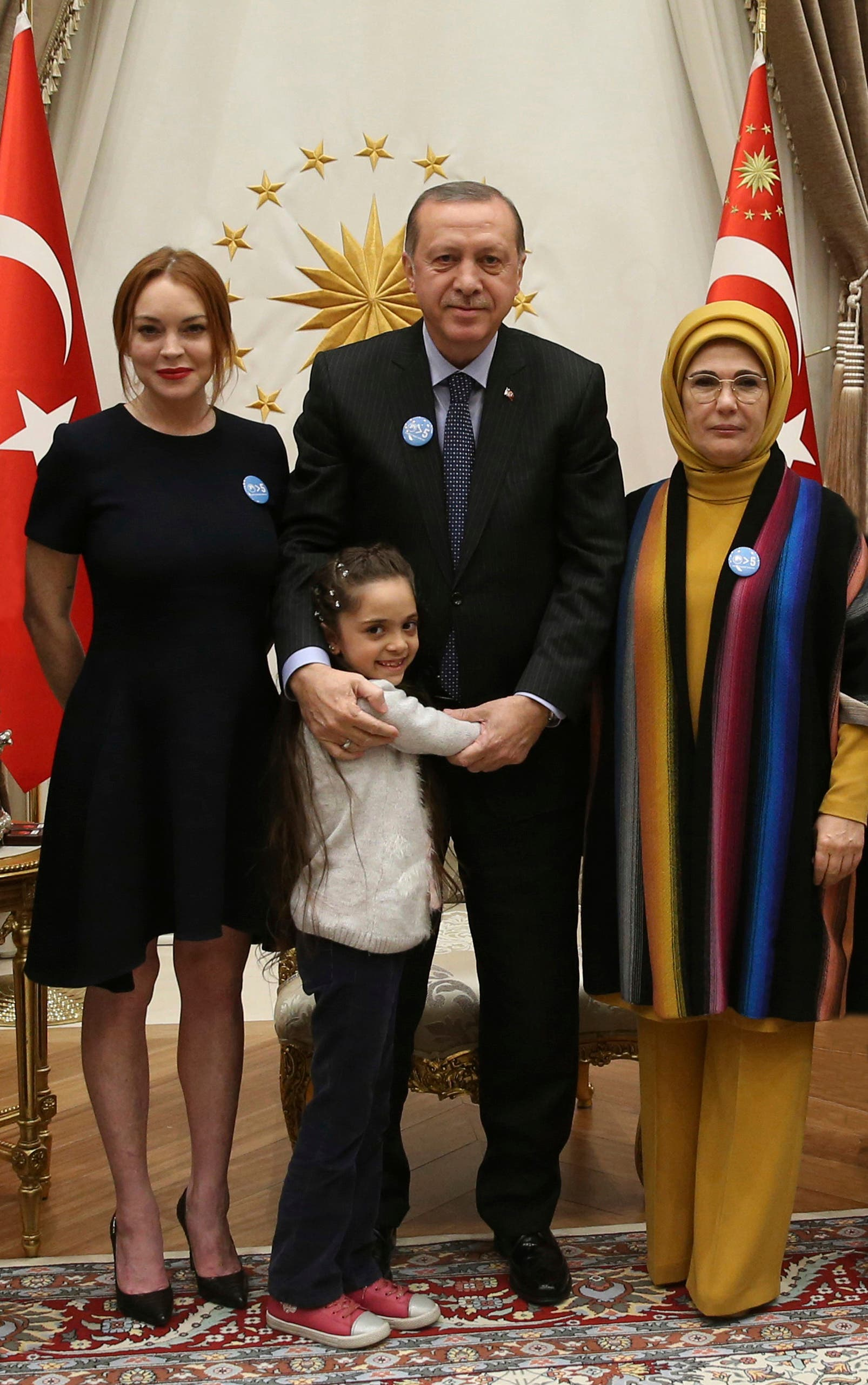 U.S. actress Lindsay Lohan, left, poses for photographs with Turkey's President Recep Tayyip Erdogan, center, his wife Emine, right, and Bana Al-Abed, a Syrian refuge child, at the Presidential Palace in Ankara, Turkey, Friday, Jan. 27, 2017. (AP)