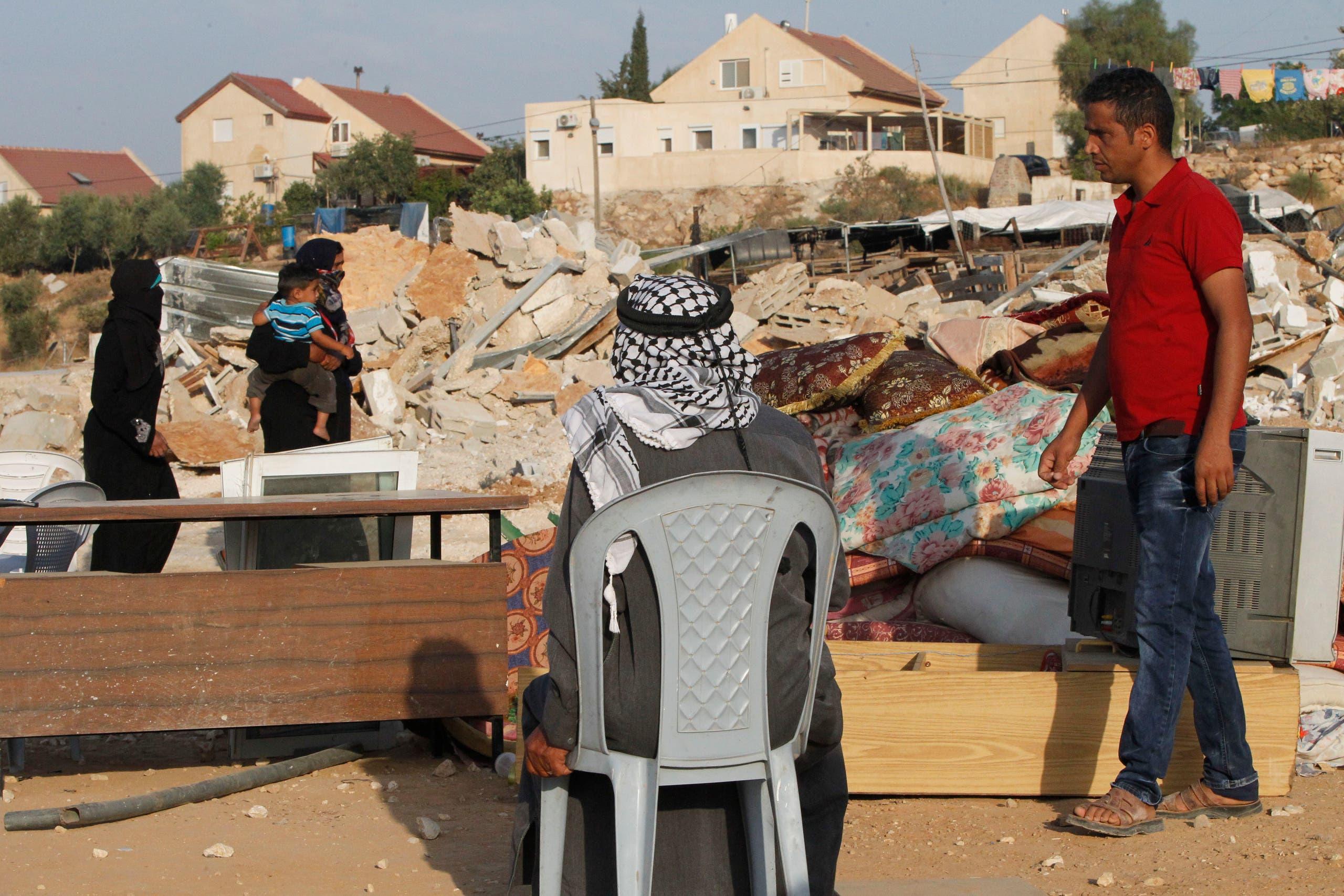 فلسطيني ينظر إلى أنقاض منزله الذي هدمته قوات الاحتلال