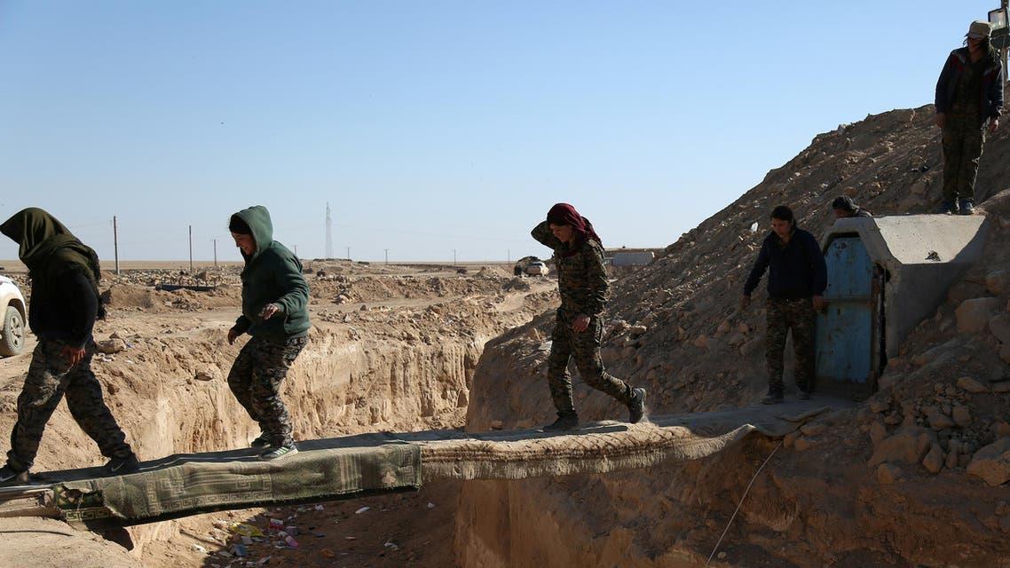 عناصر من قوات سوريا الديمقراطية تدخل دير الزور