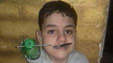 طفل مصري ولد بدون أطراف.. فاستعان بقارورات بلاستيكية
