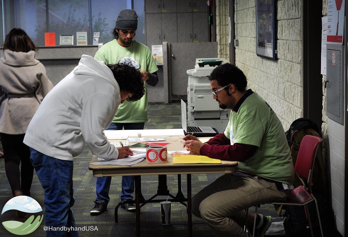 متطوعون من منظمة هاند باي هاند في أحد الأعمال