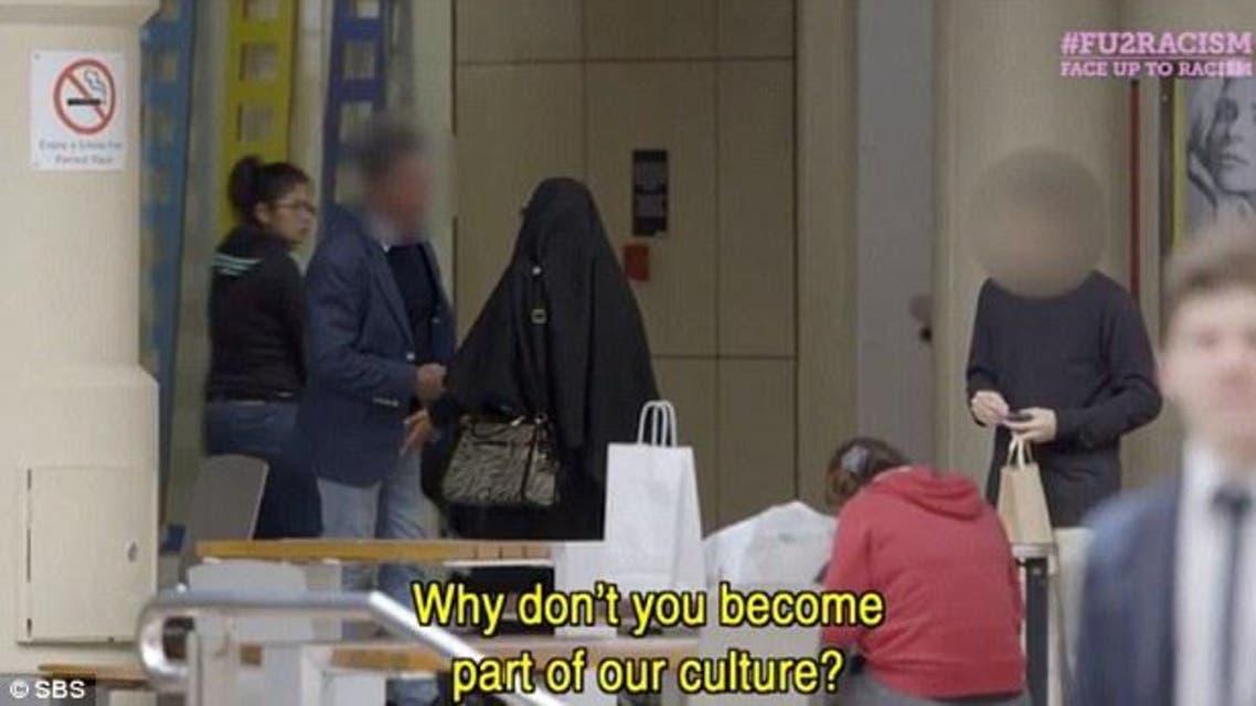 """الشابة """"رحيلة"""" بالنقاب في مركز تجاري بمدينة بيرث الأسترالية"""
