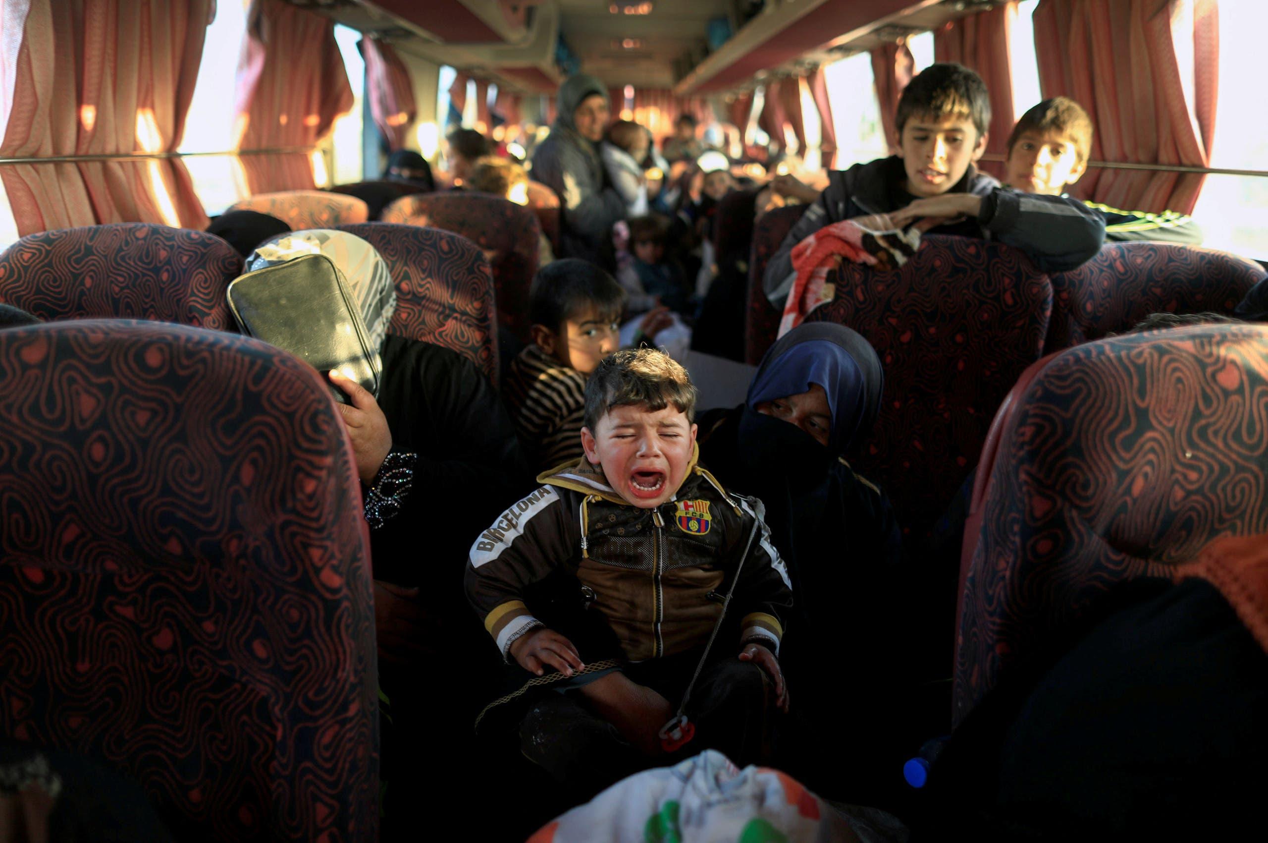 موصل میں لڑائی کے نتیجے میں شہری اپنا گھر بار چھوڑ کر محفوظ مقامات کی جانب جارہے ہیں۔