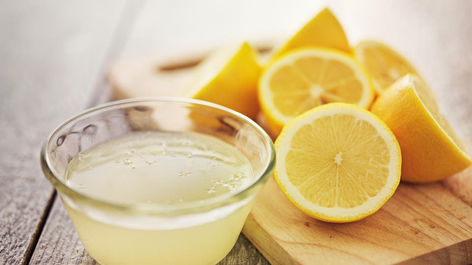 960f30a1f إذا كان عصير الليمون مصدراً مهماً للفيتامين C مما يجعله مفيداً في مجال  تفتيح البشرة والحفاظ على إشراقها، فإن قشوره تتمتع أيضاً بفوائد متعددة لدى  استعمالها ...