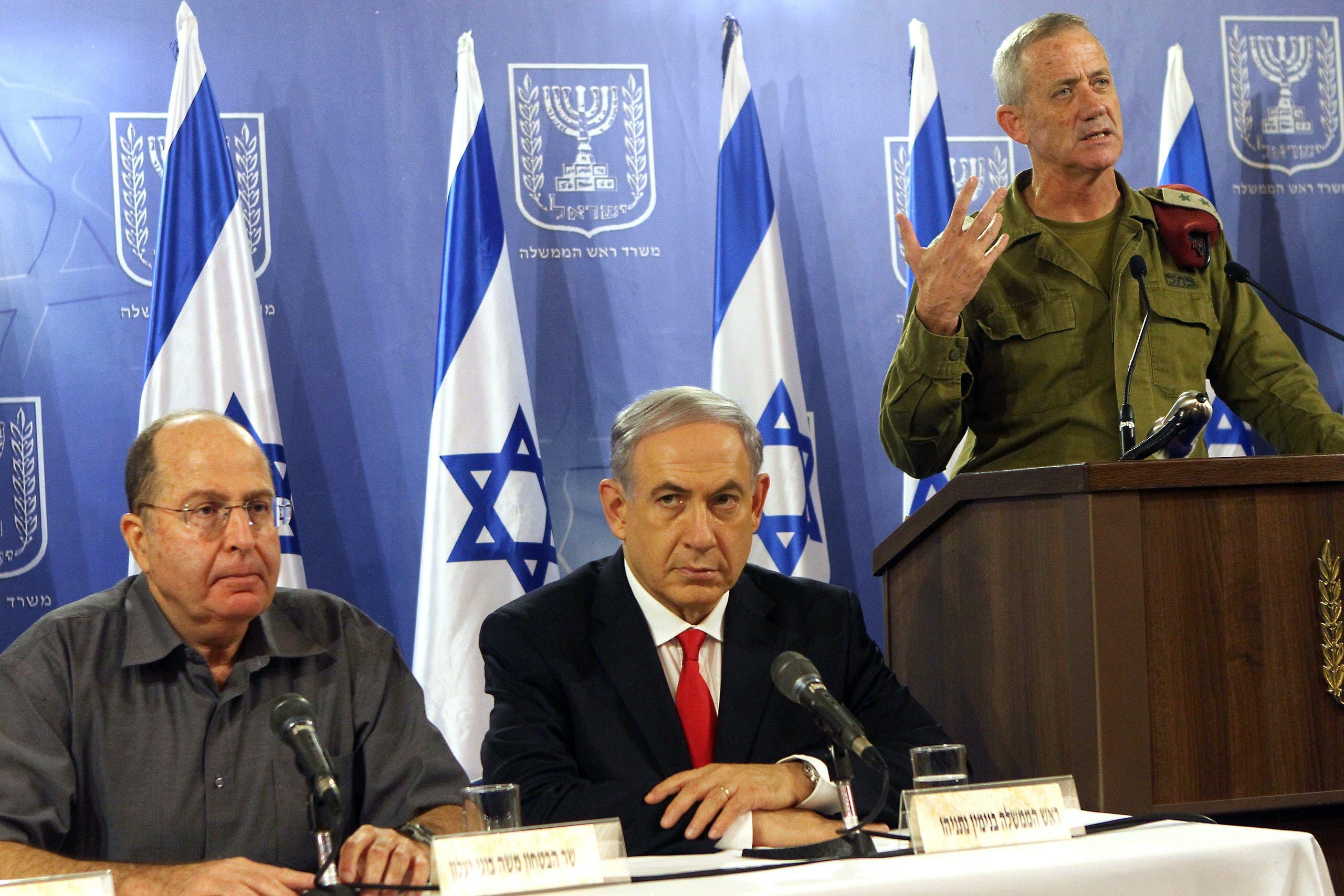نتنياهو ووزير جيشه خلال الحرب على غزة  وغانتس