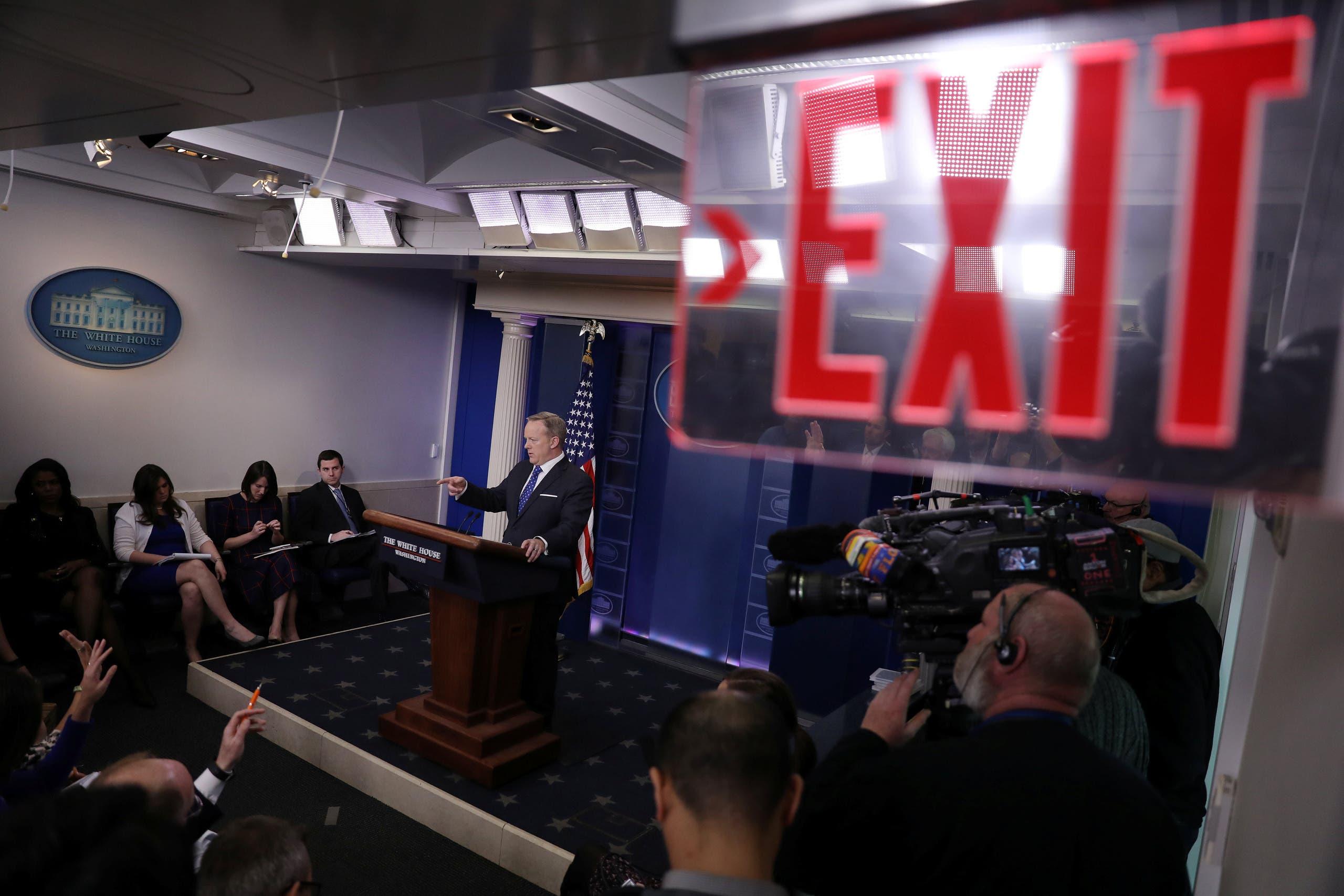 مراسلو البيت الأبيض خلال عملهم قبل مؤتمر صحافي للمتحدث باسم الرئاسة