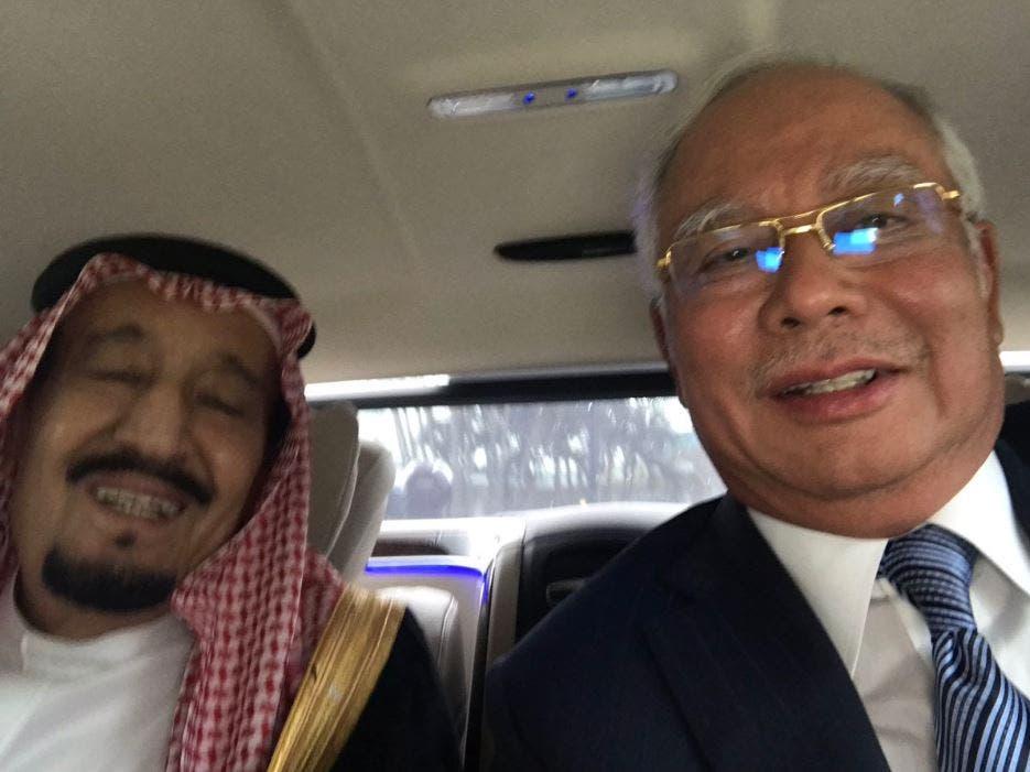 سيلفي الملك سلمان مع رئيس الوزراء الماليزي محمد نجيب عبدالرزاق