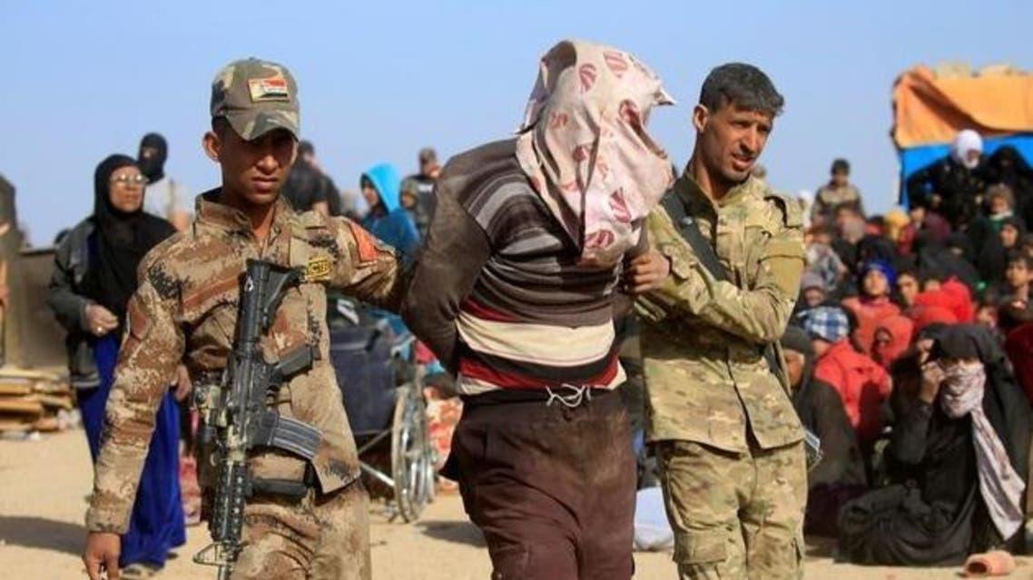 جنود عراقيون يضبطون عنصرا من داعش بين الفارين من الموصل