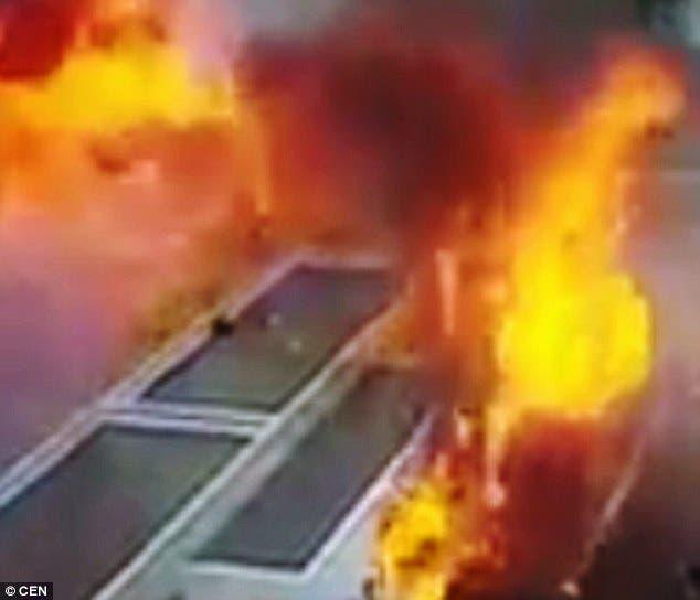 تحولت والسيارة الأخرى إلى كتلة من النيران