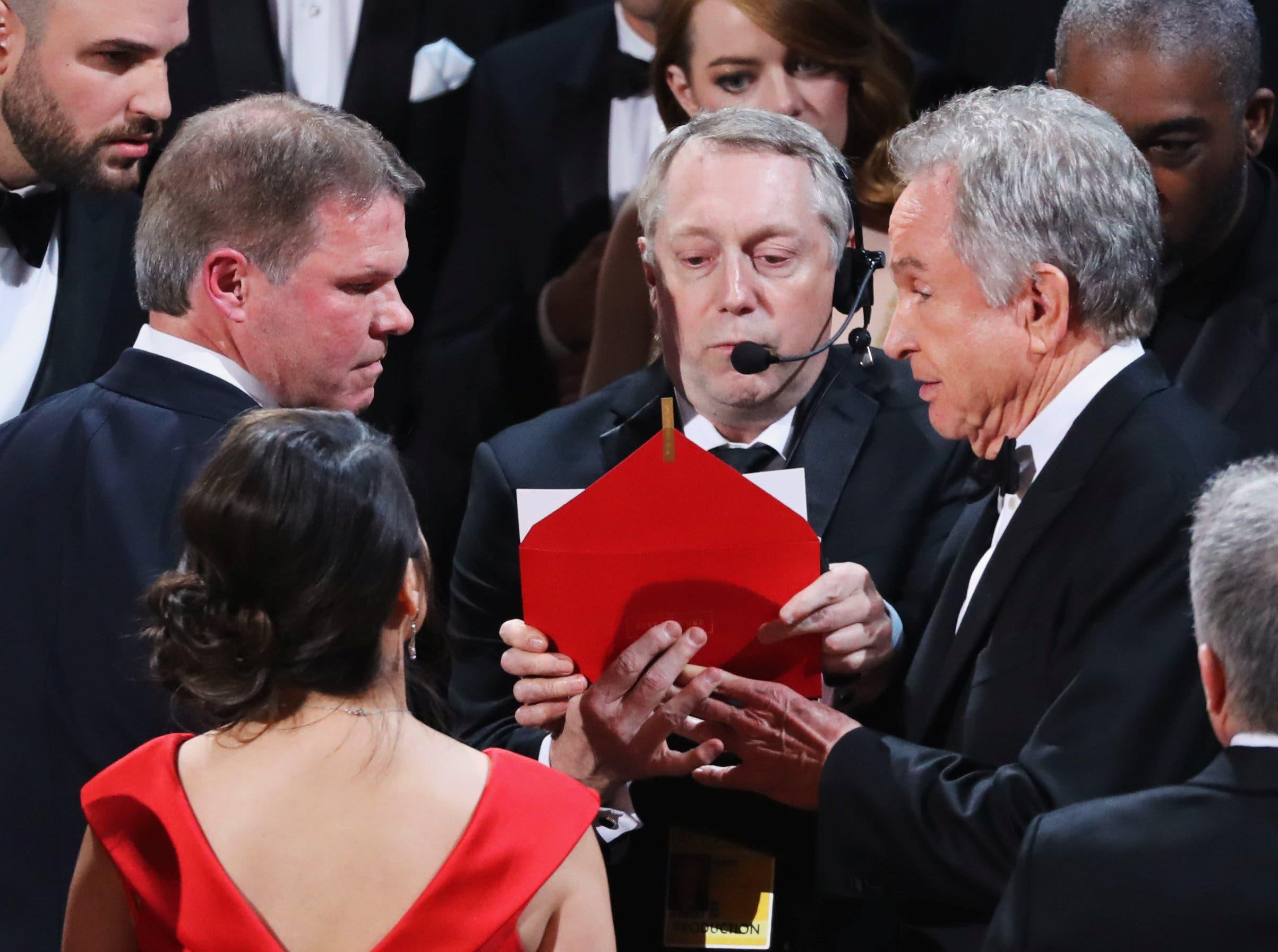 المحاسبان براين كولينان ومارثا رويز على المسرح بعد الخطأ في إعلان الفيلم الفائز بأوسكار أفضل فيلم