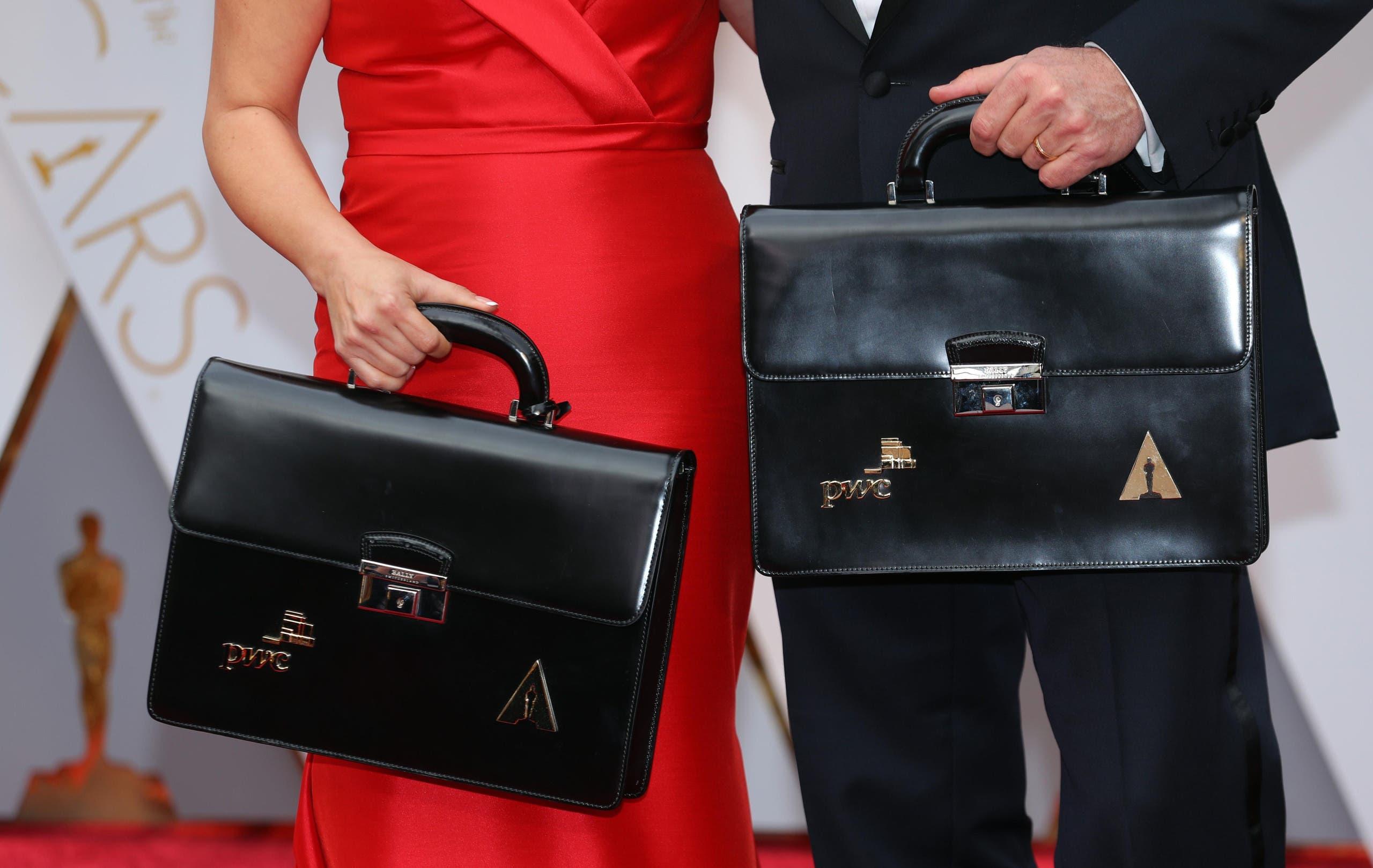 المحاسبان براين كولينان ومارثا رويز على السجادة الحمراء قبل الحفل ومعهما الحقيبة التي تحتوي على أسماء الفائزين