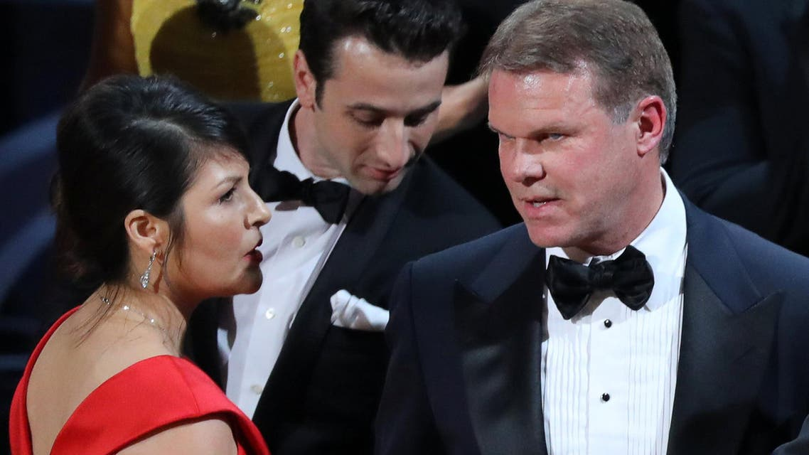 Brian Cullinan and Martha Ruiz of PricewaterhouseCoopers confer on stage after the Best Picture was mistakenly awarded