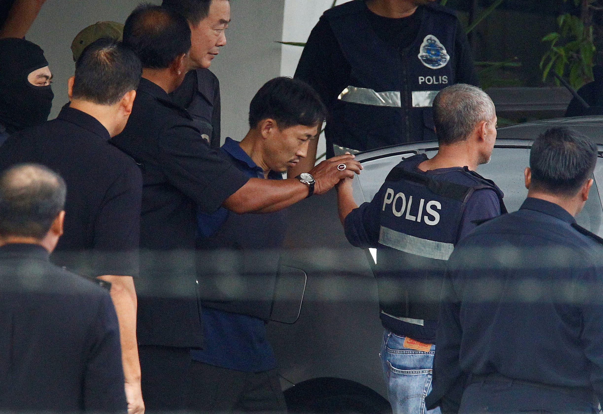 ري يونغ تشول يخرج من مركز شرطة ماليزي استعداداً لترحيله