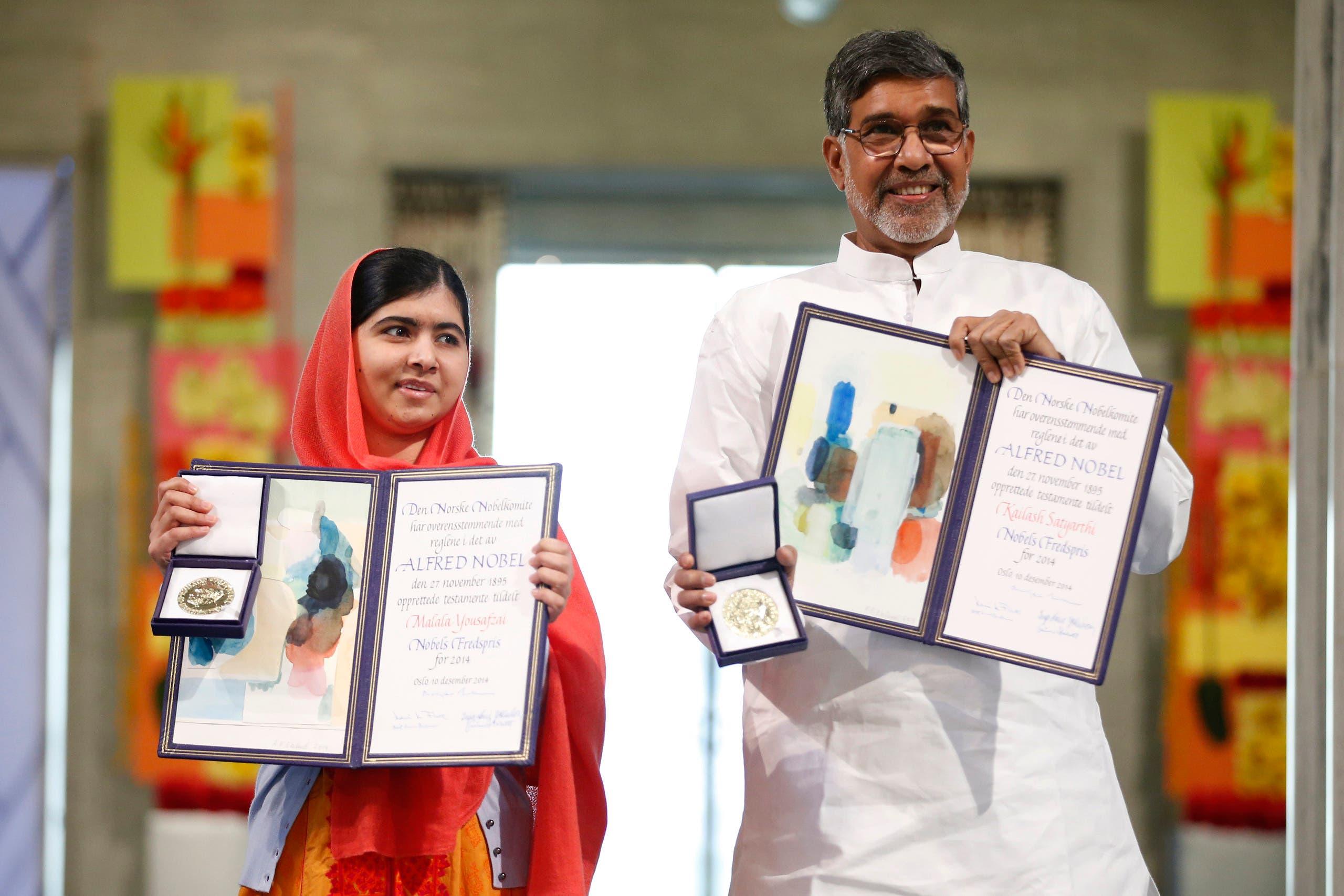 الناشطة الباكستانية ملالا يوسف والناشط الهندي كايلاش ساتيارتي يتسلمان الجائزة في 2014