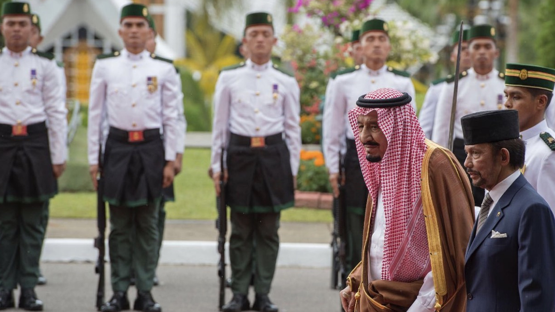 الملك سلمان يبحث مع سلطان بروناي التعاون الثنائي