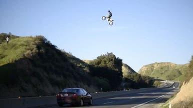 أميركي ظهر في فيديو حقيقي وهو يطير صعوداً على دراجة
