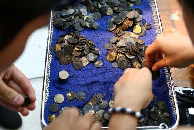 العملات المعدنية التي ابتلعتها السلحفاة