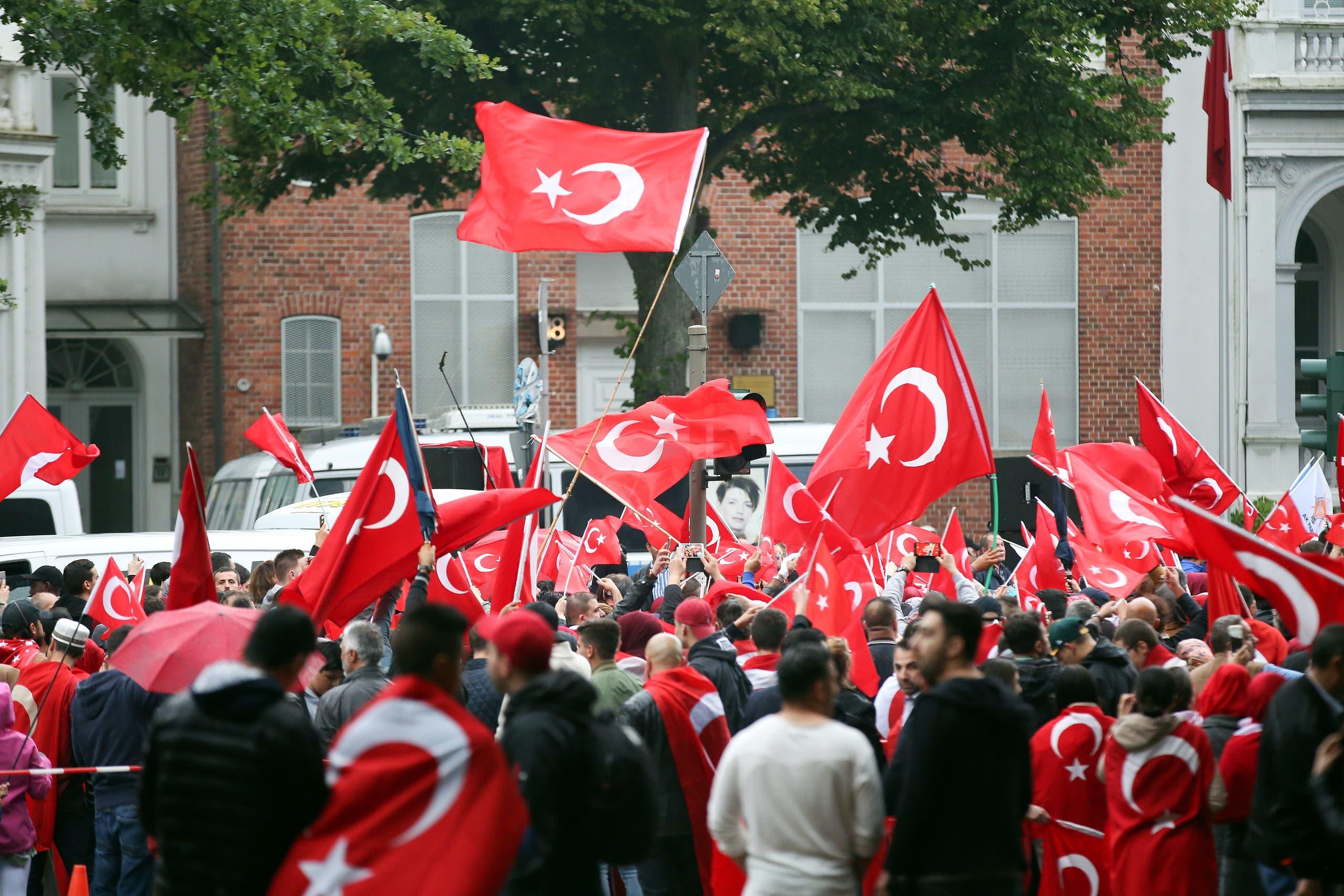 أتراك يدعمون أردوغان ضد الانقلاب الفاشل يتظاهرون تأيداً له في هامبورغ (أرشيفية)