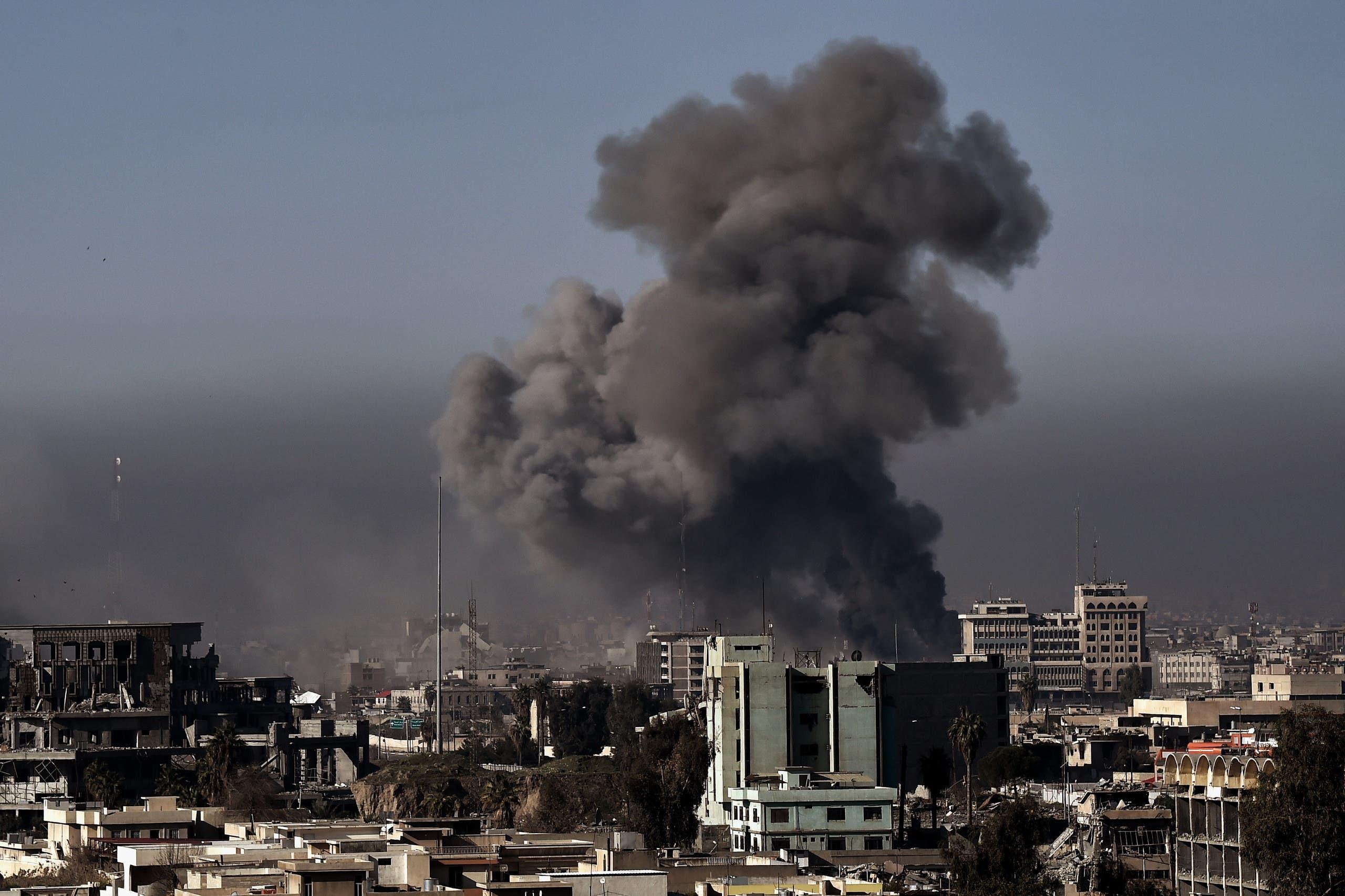 الدخان يتصاعد من غرب الموصل بسبب الاشتباكات