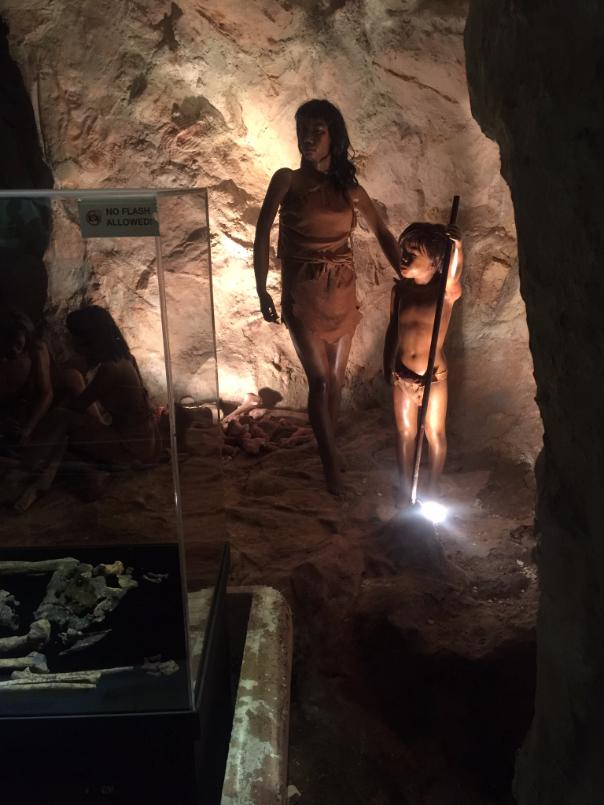 تماثيل لانسان العصر الحجري في متحف كوالالمبور