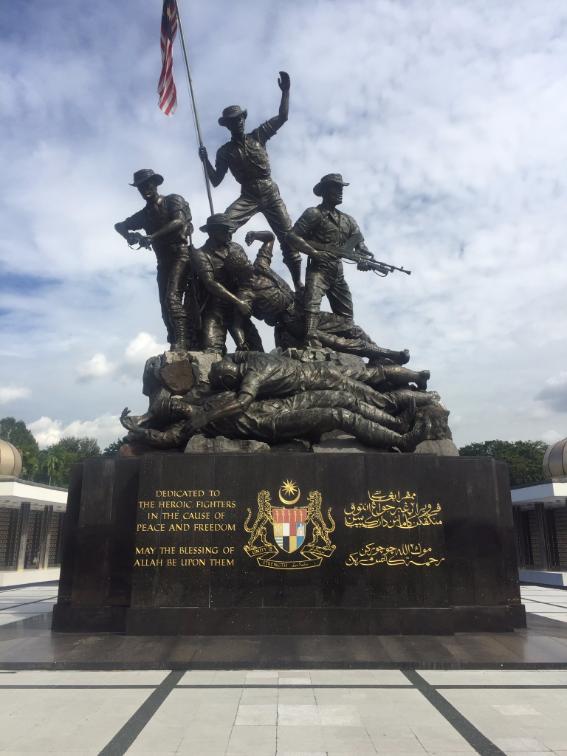 تمثال يصور الجنود في أوضاع قتالية ومنهم ضحايا الحروب