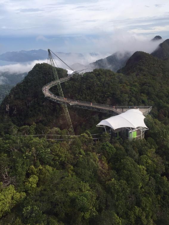 الجسر المعلق والمقوس بين جبلين والذي يطال السُّحب
