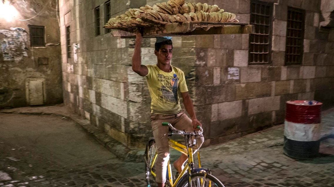An Egyptian bread seller rides his bicycle in Cairo Khan el-Khalili district on July 8, 2014. (File photo: AFP)